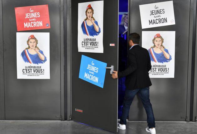 Des affiches de campagne LREM pour les municipales 2020 vues à l'entrée d'un meeting intitulé