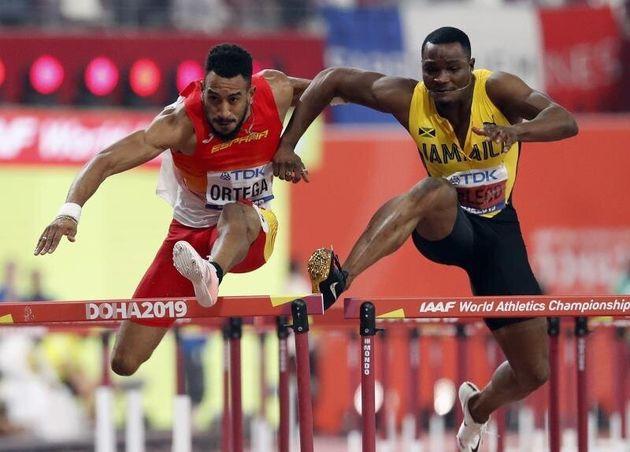 El atleta jamaicano Omar Mcleod (d) obstruye al español Orlando Ortega, durante la final de los...