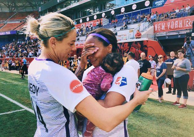 Sydney Leroux segura a pequena Roux, de apenas três meses, em partida do Orlando Pride realizada...