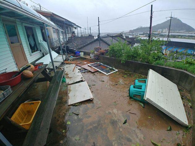 3일 오전 제18호 태풍 '미탁'이 몰고 온 강한 비와 바람으로 인해 강원도 삼척시 오분동의 한 주택이 파손돼