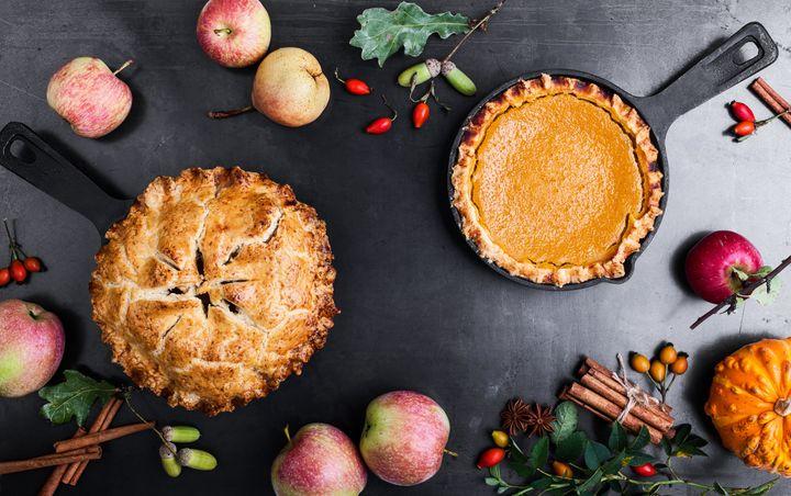 秋のケーキのイメージ。リンゴやカボチャ、オレンジ色のナプキンを添えるとグッと雰囲気が出ます。