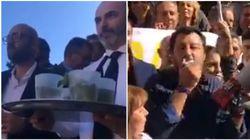 M5S accoglie con un mojito la protesta di Salvini in Campidoglio: