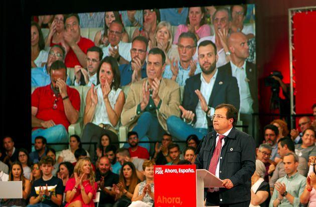 El líder de los socialistas extremeños, Guillermo Fernández Vara (d), este jueves, durante su intervención...