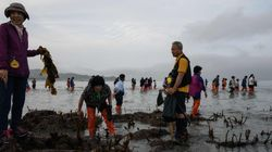 Un maire de Corée du Sud jette une tonne de déchets sur une plage pour occuper des
