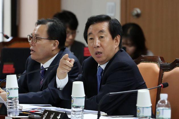 김성태 자유한국당 의원이 서울 서대문구 경찰청에서 열린 행정안전위원회 경찰청 국정감사에서 이재정 더불어민주당 의원을 가르키며 항의하고