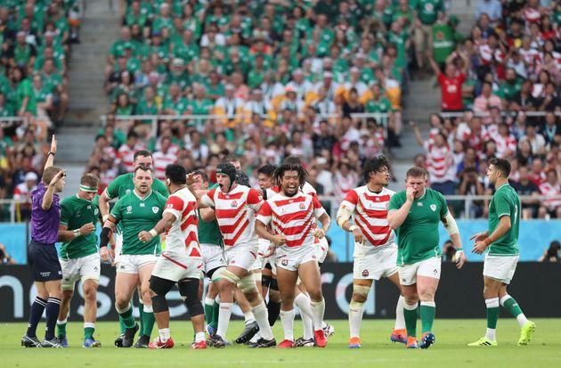 1次リーグ・日本-アイルランド。前半、スクラムで相手の反則を誘い、喜ぶ堀江翔太(中央右)らFW陣=9月28日、静岡・エコパスタジアム