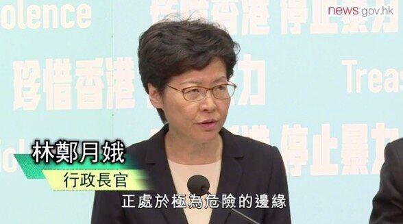 記者会見する林鄭・行政長官