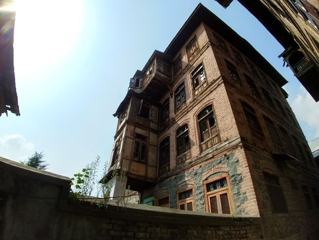 The JK Police has identified three multi-storey houses in Rainawari to station paramilitaries in the