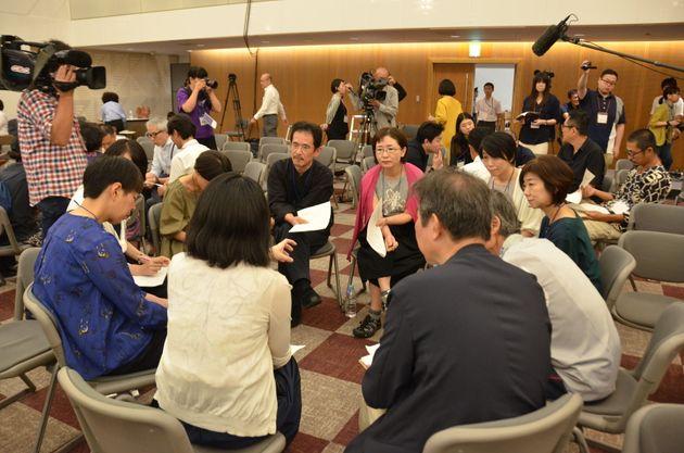 「あいち宣言」について議論する参加者とアーティストたち=愛知県名古屋市