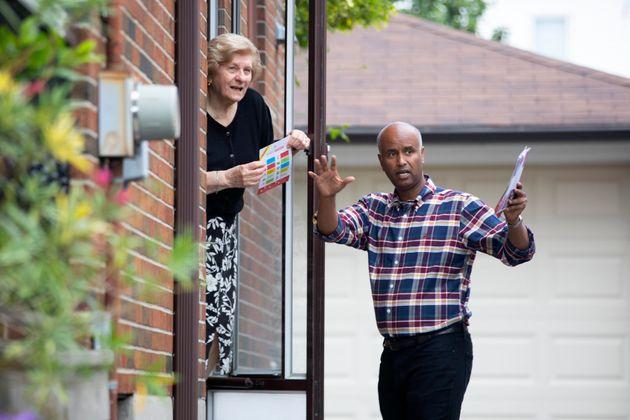 Le candidat libéral Ahmed Hussen parle à un électeur alors qu'il fait campagne dans...