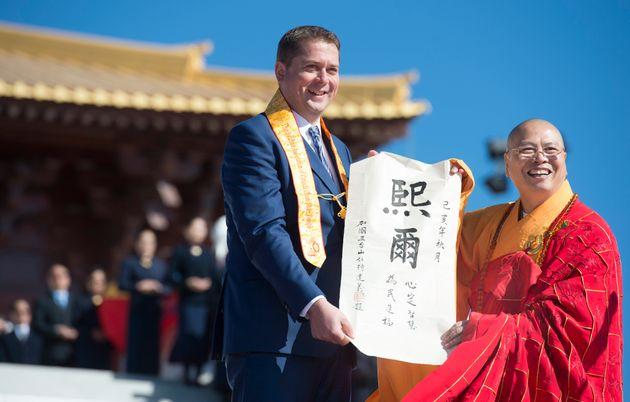Le chef conservateur Andrew Scheer se voit présenter son nom chinois alors qu'il assiste à l'inauguration...