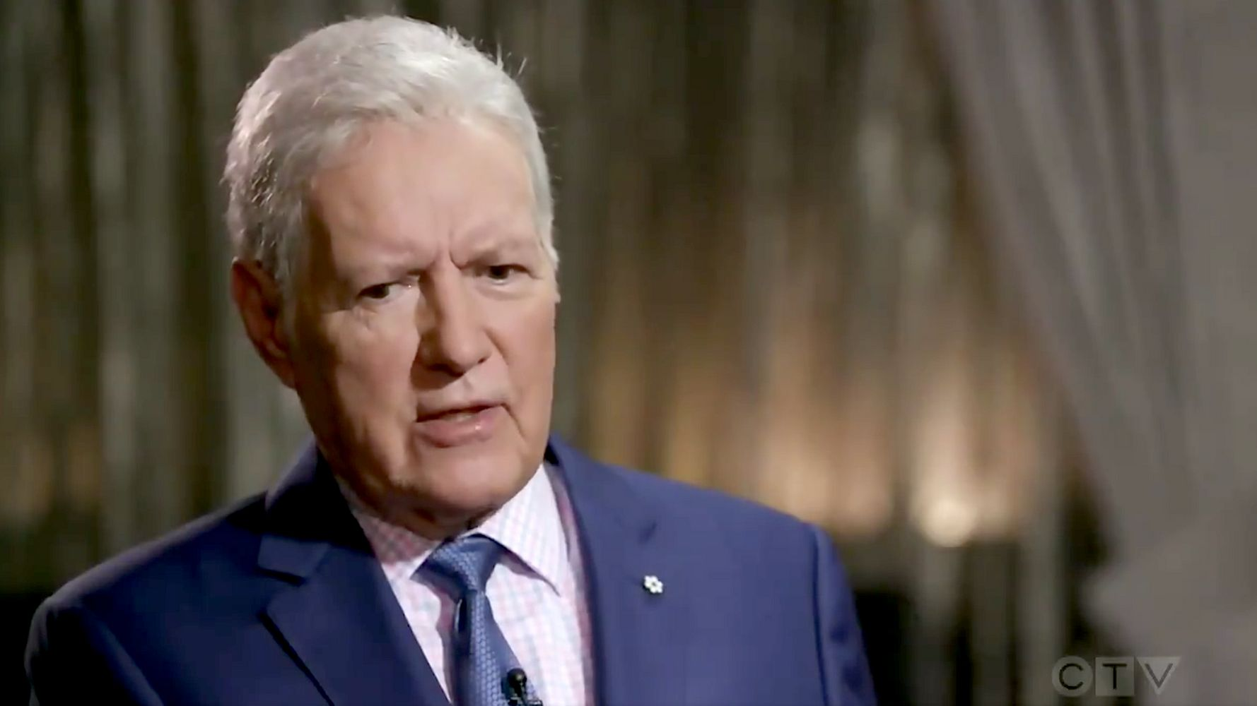 Westlake Legal Group 5d99e32b210000b103aab33e Alex Trebek Says He's 'Hanging In' There Amid New Round Of Chemotherapy