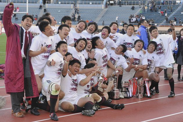 優勝を決め、記念撮影する早大フィフティーン。左端は中竹竜二監督(東京・国立競技場)