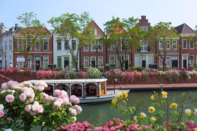 オランダの街並みを忠実に再現した街並み。場内では、季節の花や数々のイベントも楽しむことができ、何度行っても違う顔を見せてくれるテーマパークだ