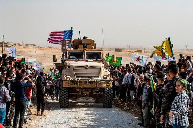 Dimanche 6 octobre, des Kurdes syriens ont manifesté à proximité d'une base gérée...