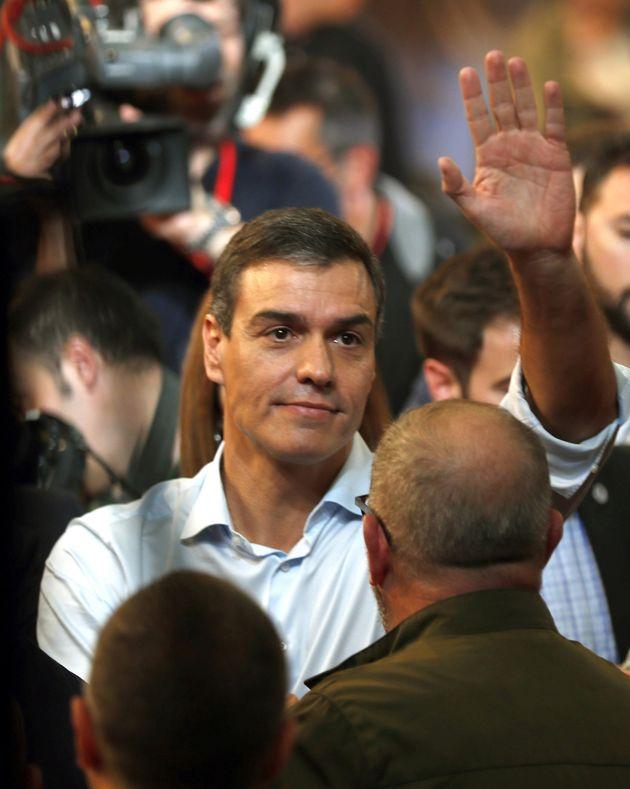 El candidato y presidente del Gobierno en funciones, Pedro Sánchez, saluda a la militancia tras su intervención...