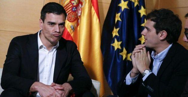El secretario general del PSOE, Pedro Sánchez, y el presidente de Ciudadanos, Albert Rivera, en una de...