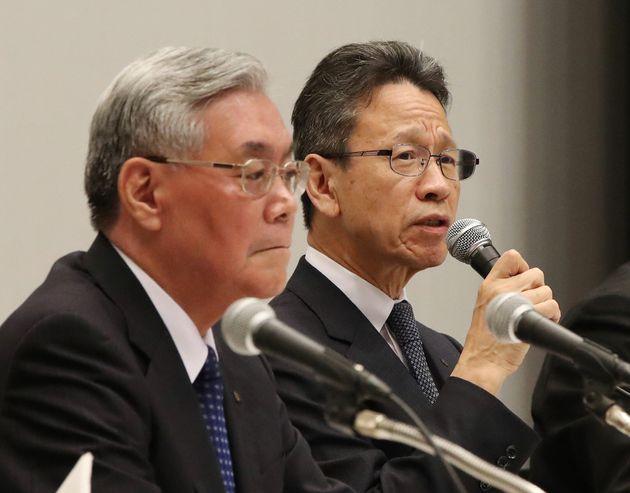 関電/会見する八木誠会長(左)と岩根茂樹社長