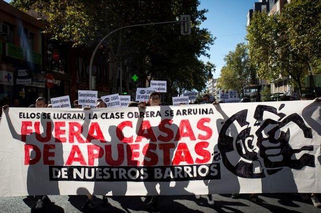 Cientos de personas participan este domingo en Madrid en una manifestación para denunciar la proliferación...