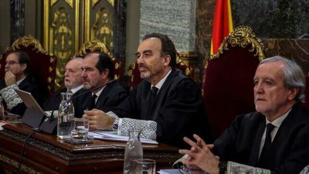 El presidente del tribunal y ponente de la sentencia, Manuel Marchena (2d), junto a los demás magistrados...