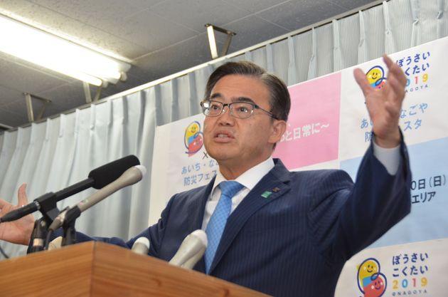 記者会見する大村秀章知事