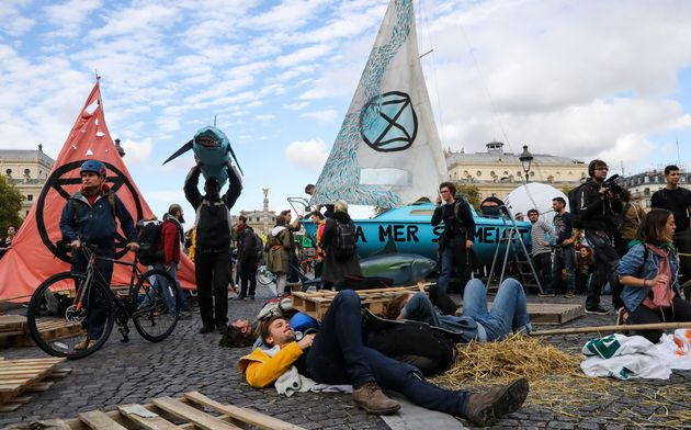 Des militants écologistes d'Extinction Rebellion sur le Pont au Change à Paris, lundi 7