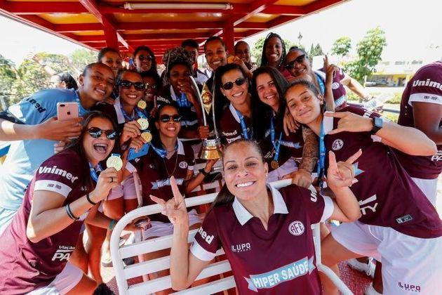 Las jugadoras del equipo de fútbol Ferroviaria de Araraquara celebran tras conseguir el campeonato...
