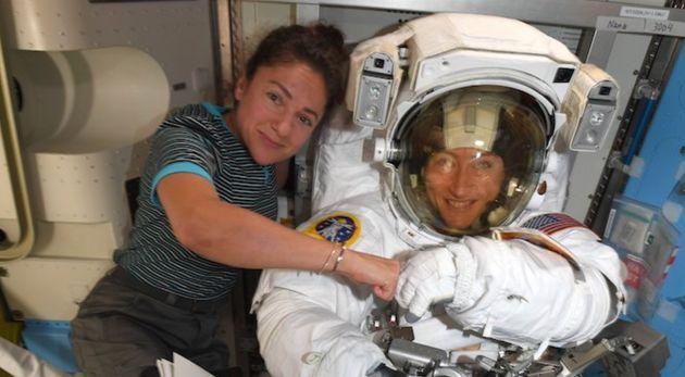 As astronautas Jessica Meir (à esq), e Christina Koch (à dir.) devem fazer caminhada espacial...