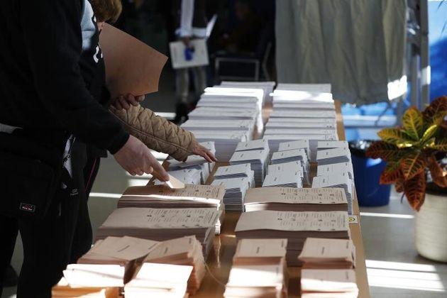Papeletas en un colegio electoral. EFE/Javier