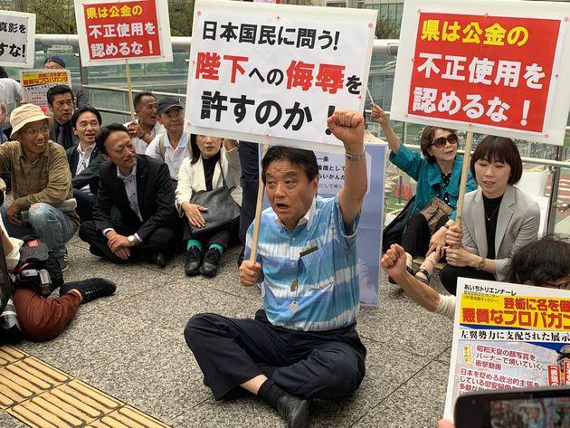 「あいちトリエンナーレ2019」の会場前で座り込んで抗議をする河村たかし市長