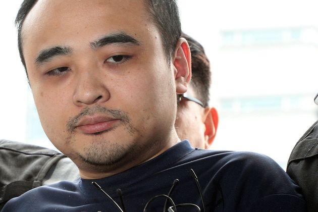 모텔 손님을 살해한 뒤 시신을 훼손해 한강에 유기한 혐의로 구속된 장대호가 8월 21일 오후 경기 고양경찰서로 조사를 받기 위해 이송되고