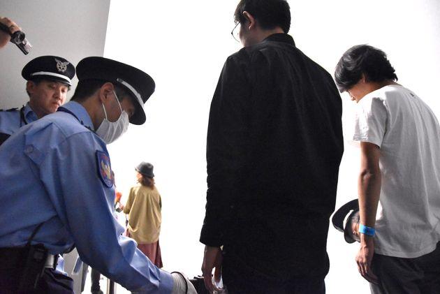 来場者は展示室に入場する前に、金属探知機でボディーチェックを受けていた。