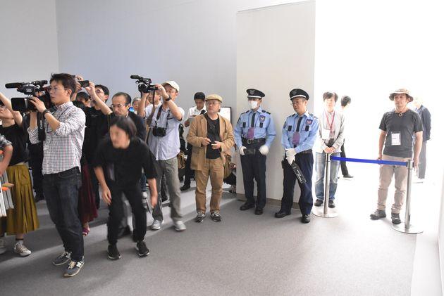 「表現の不自由展・その後」展示室付近の様子。多数のメディアが詰めかけた。