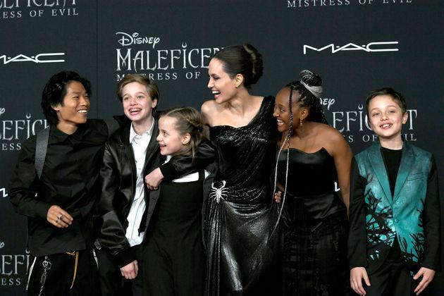 Angelina sul red carpet con Shiloh. Ha scelto di essere John e veste sempre in abiti
