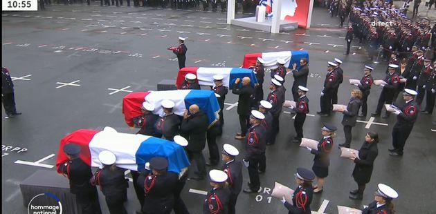 Les quatre cercueils des victimes dans la cour de la préfecture de police de