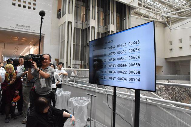 液晶画面に表示された当選者の番号。