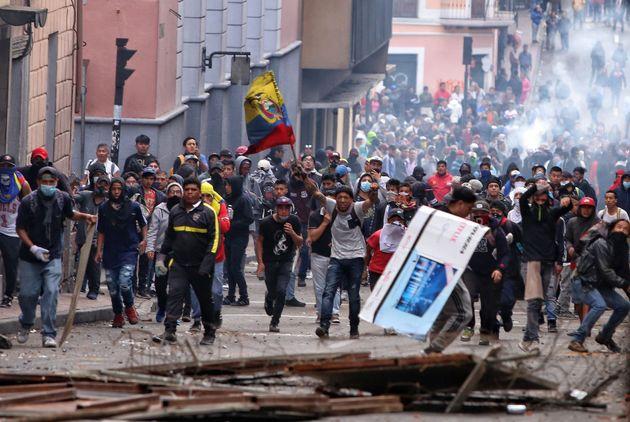 Un grupo de manifestantes (en su mayoría indígenas), tomando las calles de Quito, este...