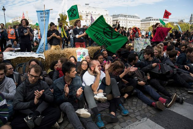 Des militants d'Extinction Rebellion sur un pont de Paris le lundi 7 octobre