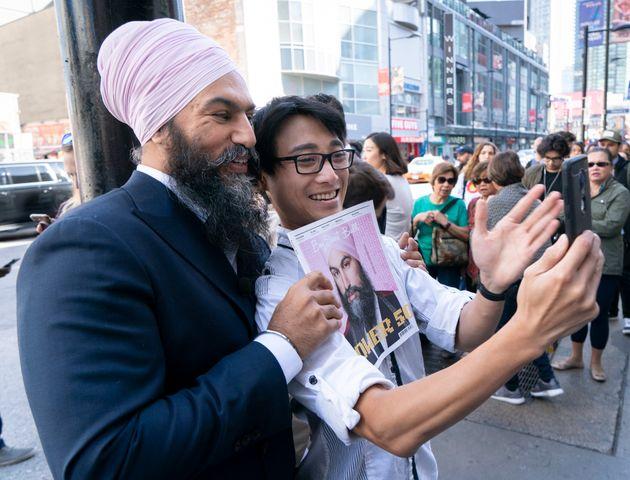 Le chef du NPD, Jagmeet Singh, prend une photo avec un homme alors qu'il tenait un magazine avec sa photo...