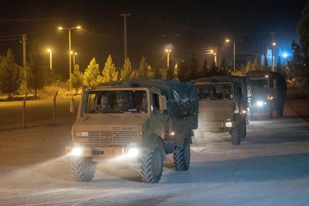 터키 군인들이 시리안 인근 아카칼레 시 지역 국경을 향해 군용 차를 몰고 있다. 2019년 10월