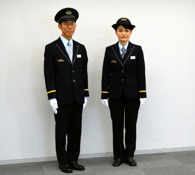 来年5月にリニューアルされる制服。スカートやリボンタイは廃止し、男女とも同じデザインに統一する。男女で区別されていた制帽はどちらも選べるようになる