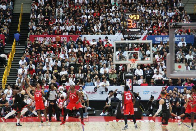 日本で開催されたヒューストン・ロケッツと、トロント・ラプターズの試合