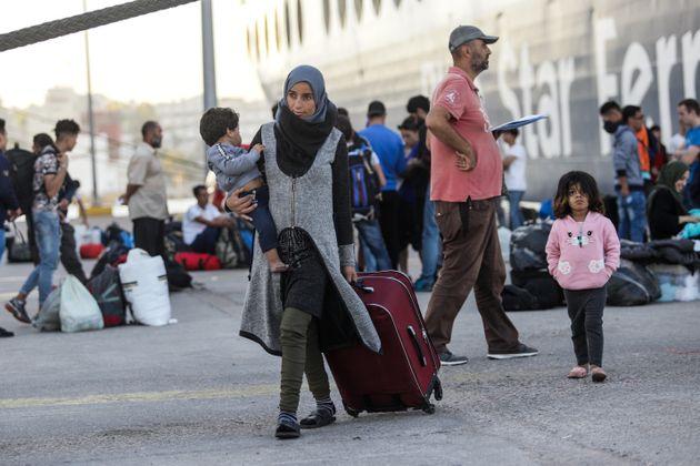 Στην Ελευσίνα κατέπλευσε το αρματαγωγό «Ικαρία» με περισσότερους από 380 πρόσφυγες από τη