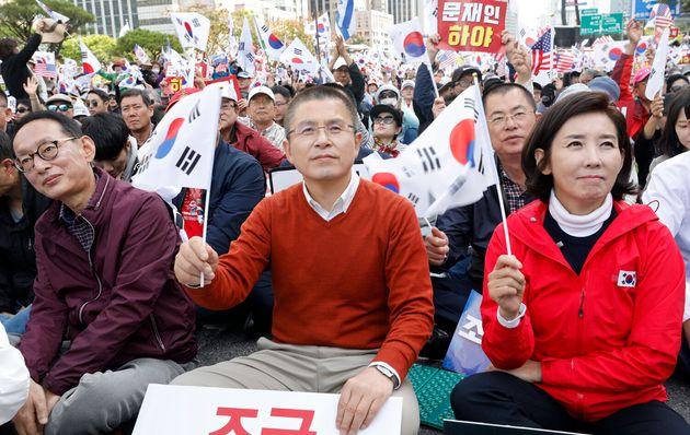 황교안 자유한국당 대표와 나경원 원내대표가 9일 오후 서울 종로구 광화문광장 일대에서 열린 '대한민국 바로세우기 국민대회'에서 조국 법무부 장관 사퇴를 촉구하며 태극기를 흔들고