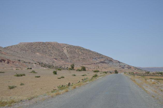 Route menant vers le site archéologique de Jbel Irhoud.
