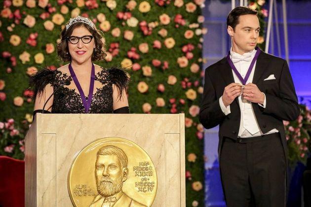 Un fotograma de 'The Big Bang Theory' en el que Sheldon y Amy recogen su premio