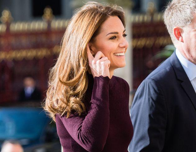 Kate Middleton sceglie l'eleganza low cost (ma la sua borsetta vale 3mila