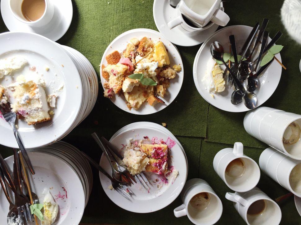 Τραπέζι με περισσευάμενα φαγητά
