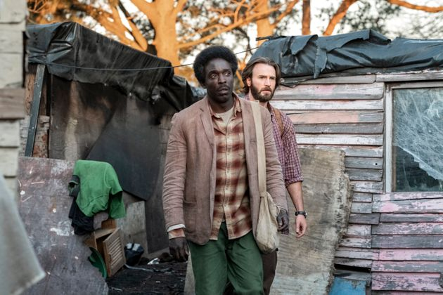 "Michael Kenneth Williams e Chris Evans em ""Missão no Mar"