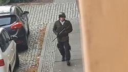 Cammina tranquillo dopo aver sparato: l'attentatore di Halle ripreso in volto